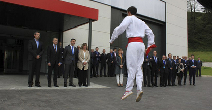 The Lehendakari (president of the Basque Government) presides over the inauguration of the Asmaola building on the 25th anniversary of the IMH.